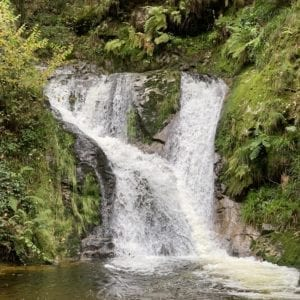 Sagenhafter Wasserfall und Klosterruine-thumbnail