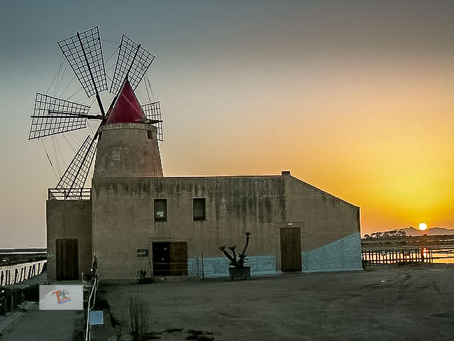 A salt sunset: between the Stagnone lagoon and the salt pans