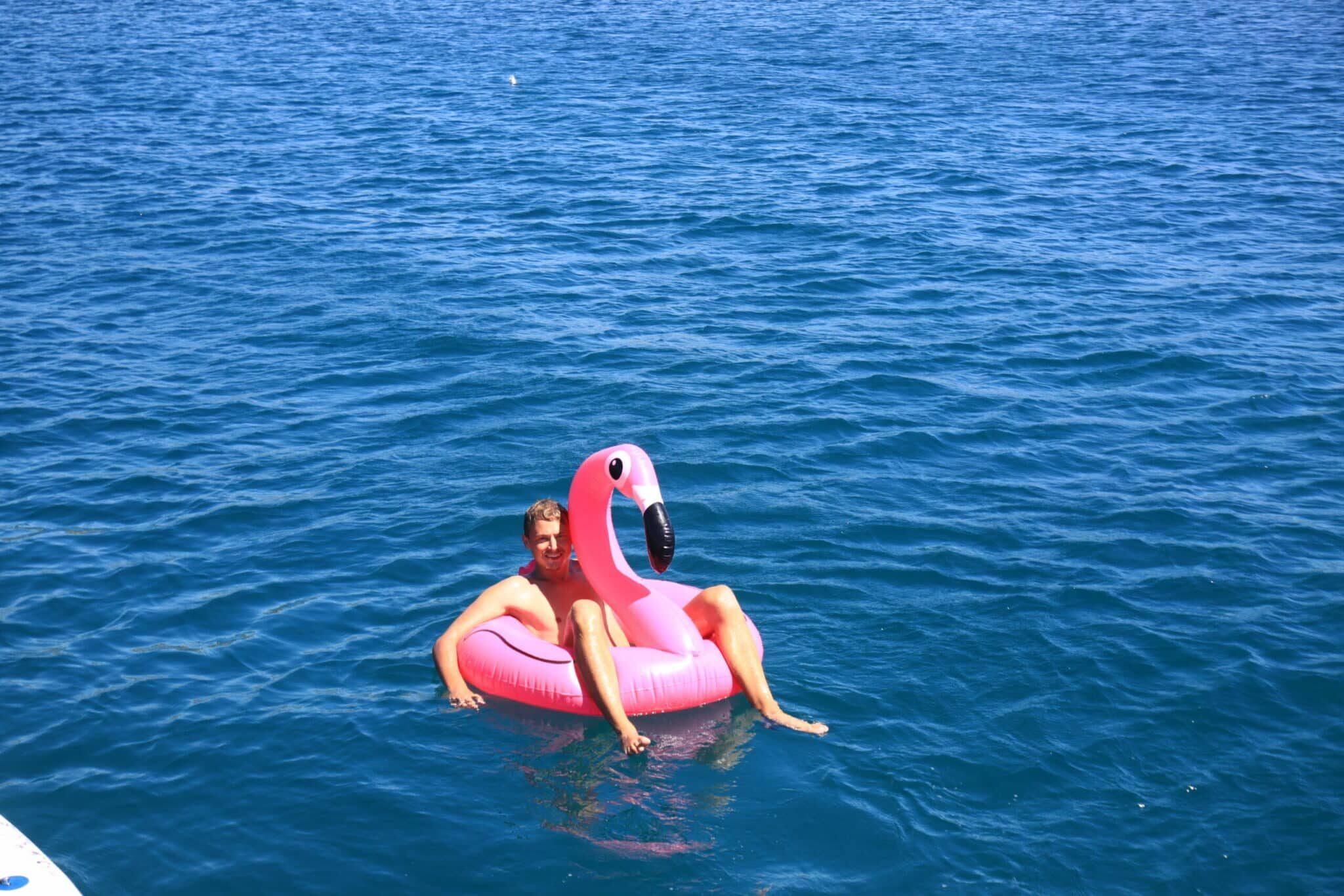 Während Segelurlaub in Kroatien das Wasser genießen.